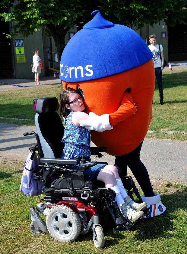 Malvern Gazette: John Anyon       22/6/14        2514630901Acorn's Hospice Triple Run at Three Counties Showground on Sunday...............Alex The Acorn makes friends (7388724)