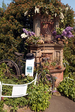 Jubilee Fountain, Malvern Wells which was decorated by Angela Sutton, Lois Lawler & Val Greaves and won 1st prize in the Open Group category.
